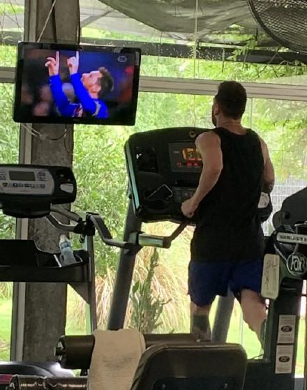 一边看自己进球视频一边跑步,梅西这是在自我陶醉?插图